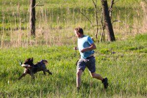 Mann og hund løper